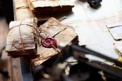 Vieux lettets avec des dentelles sur un bureau Photo libre de droits