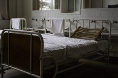 Vieux lits d'hôpital images libres de droits