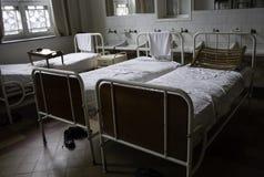 Vieux lits d'hôpital photo libre de droits