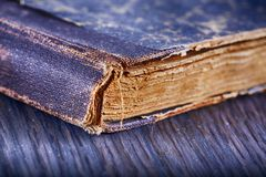 Vieux livre au-dessus de table en bois Photo stock