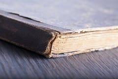 Vieux livre au-dessus de table en bois Photos libres de droits