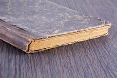 Vieux livre au-dessus de table en bois Photos stock