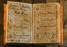 Vieux livre avec des charmes magiques lunaires écrits par main photographie stock