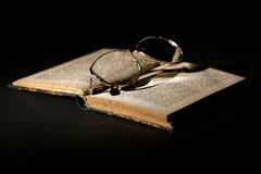 Vieux livre avec des glaces photos libres de droits