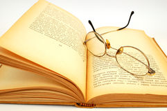 Vieux livre avec des glasess Photos stock