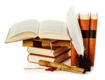 Vieux livre avec l'encrier encastré, le stylo de cannette et le rouleau images libres de droits
