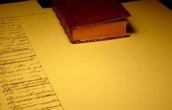 Vieux livre avec les feuilles de papier vides et remplies photographie stock libre de droits