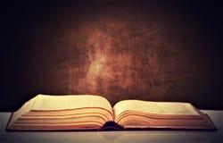 Vieux livre brun ouvert photo libre de droits