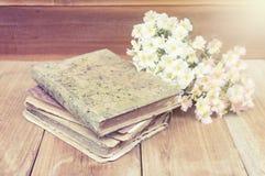 Vieux livre de journal intime mis sur le bois Photographie stock