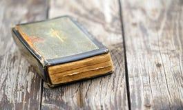 Vieux livre de Sainte Bible de cru - la foi, prient le concept images libres de droits