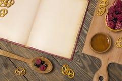 Vieux livre des recettes avec des baies à côté d'une vue supérieure Photos libres de droits