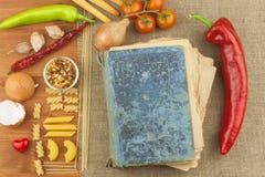 Vieux livre des recettes pour des pâtes Livre de recette Pâtes de travail Le régime, selon le livre de cuisine Légumes et pâtes Photos libres de droits