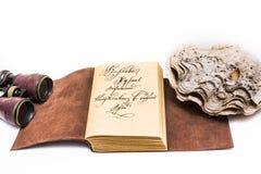 Vieux livre en cuir ouvert Photographie stock libre de droits