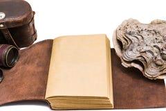 Vieux livre en cuir ouvert d'isolement sur le fond blanc Images libres de droits