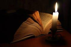 Vieux livre et bougie Images libres de droits