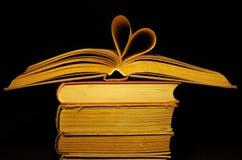Vieux livre et coeur Images stock