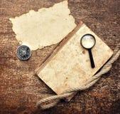 Vieux livre et compas Photo stock