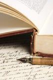 Vieux livre et crayon lecteur Photographie stock libre de droits