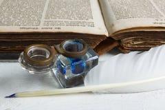 Vieux livre et encre Images libres de droits
