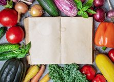 Vieux livre et légumes images libres de droits