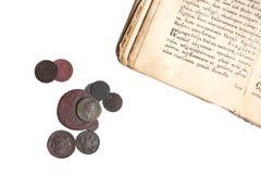 Vieux livre et pièces de monnaie Photo libre de droits