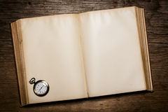 Vieux livre et une vieille montre Photo stock