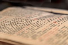 Vieux livre ouvert avec le texte latin Photos libres de droits