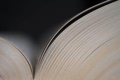 Vieux livre ouvert, fond foncé illustration stock