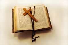 Vieux livre, rosaire et croix Photographie stock libre de droits