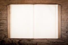 Vieux livre sur une table en bois Images stock
