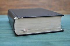 Vieux livre usé sur la table Image libre de droits