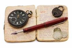 Vieux livre, vieille montre et argent Images stock