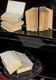 Vieux livres étendus sur le piano photographie stock libre de droits