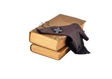 Vieux livres avec la croix photo libre de droits
