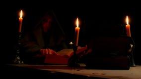 Vieux livres d'église dans les mains du moine banque de vidéos
