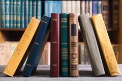 Vieux livres dans la bibliothèque image stock