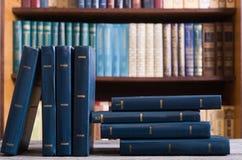 Vieux livres dans la bibliothèque images stock