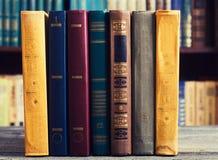 Vieux livres dans la bibliothèque images libres de droits
