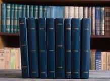 Vieux livres dans la bibliothèque photo stock