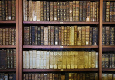 Vieux livres dans la bibliothèque de Coimbra photos libres de droits