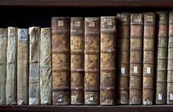 Vieux livres dans la bibliothèque de Ricoleta à Arequipa, Pérou Photos stock