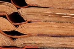 Vieux livres dans la ligne horizontale Photos stock