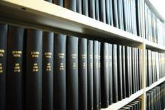Vieux livres dans une bibliothèque Photos stock