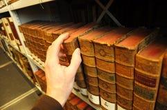 Vieux livres dans une bibliothèque Photo libre de droits