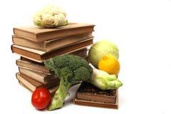 Vieux livres de cuisine avec plusieurs légumes Image stock