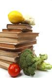 Vieux livres de cuisine avec plusieurs légumes Photo libre de droits