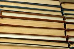 Vieux livres de papier avec les pages jaunies ?troitement  images libres de droits