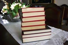 Vieux livres de vintage sur le dessus de table Photographie stock libre de droits
