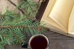 Vieux livres de vintage, tasse de thé, gâteau et clés sur la table en bois rustique Images libres de droits