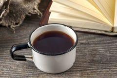 Vieux livres de vintage, tasse de thé, gâteau et clés sur la table en bois rustique Photo libre de droits